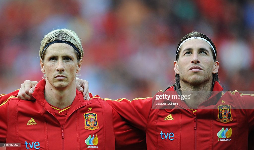 Fernando Torres (L) of Spain stands with his teammate <a gi-track='captionPersonalityLinkClicked' href=/galleries/search?phrase=Sergio+Ramos+-+Jugador+de+f%C3%BAtbol&family=editorial&specificpeople=491009 ng-click='$event.stopPropagation()'>Sergio Ramos</a> as they listen to their countries national anthem during the international friendly match between Spain and Korea Republic on May 30, 2012 in Bern, Switzerland.