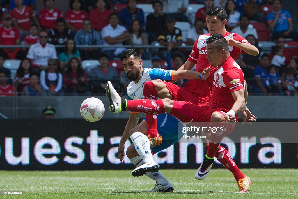 Fernando Uribe of Toluca tries to score during the 16th round match between Toluca and Cruz Azul as part of the Clausura 2016 Liga MX at Nemesio Diez Stadium on May 01, 2016 in Toluca, Mexico.