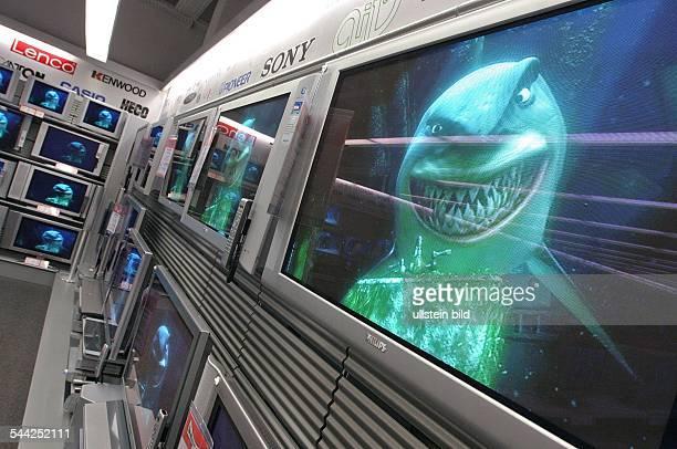 Fernseher mit Flachbildschirm in einer Filiale des Elektronikmarktes MediaMarkt
