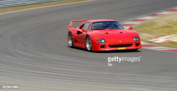Ferrari F40 classique des années 80 et supercar italien conduite sur piste