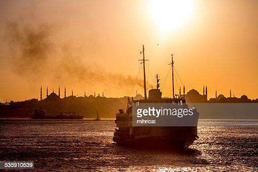 Ferry en el Estrecho de Bósforo : Foto de stock