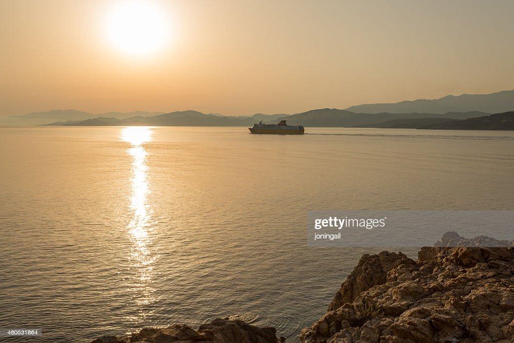 Fähre aus dem Hafen von Ile Rousse in Korsika : Stock-Foto