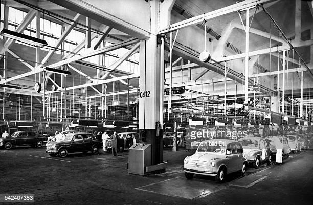 Fertigungsstrasse der FiatWerkein Turin rechts Kleinwagen des Typs'500'1956