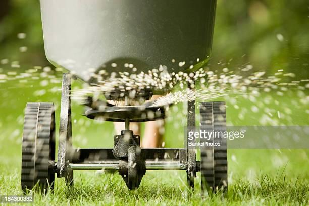 肥料吹きかけるスプレッダーからペレット