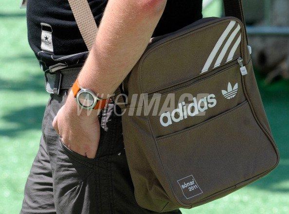 Chapoteo escapar consumidor  festival goer walks with the new Adidas Sonar 2011 Festival edition... |  WireImage | 131892956