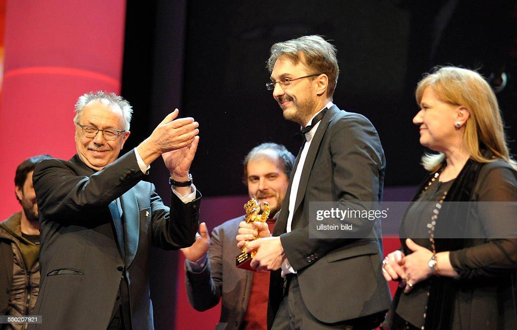 Festivaldirektor Dieter Kosslick überreicht Regisseur Calin Peter Netzer und Produzentin Ada Solomon den Goldenen Bären für den Film CHILD'S POSE...