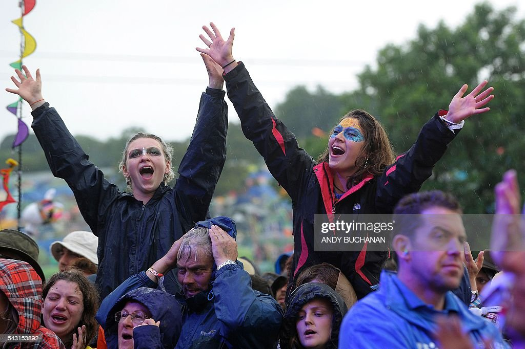 Festival-goers watch Jeff Lynne's ELO perform on the Pyramid Stage on day five of the Glastonbury Festival of Music and Performing Arts on Worthy Farm near the village of Pilton in Somerset, South West England on June 26, 2016. / AFP / Andy Buchanan