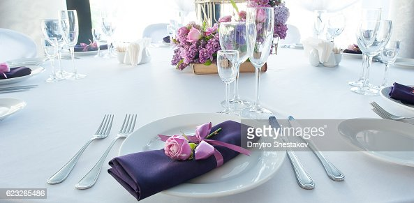 Festive table setting in the restaurant with flowers. Wedding decor. : Stock-Foto