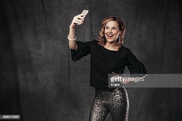 Festliche Frau nimmt eine selfie