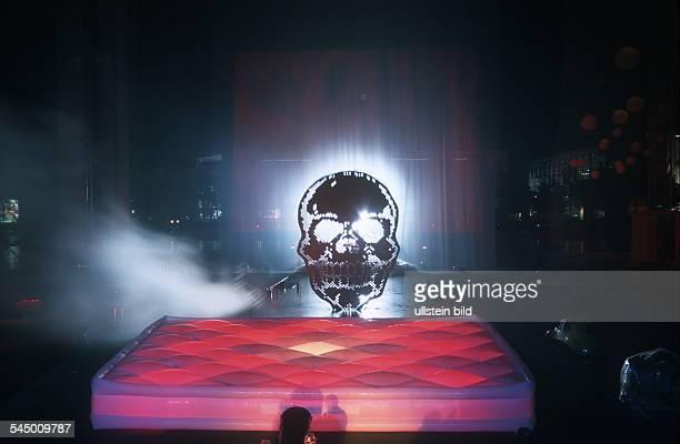 Feuer Licht und Lasershow im Bild ein Totenkopf