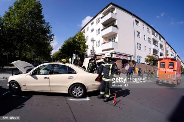 Feuerwehr bei im Einsatz bei einem Verkehrsunfall in BerlinPrenzlauer Berg