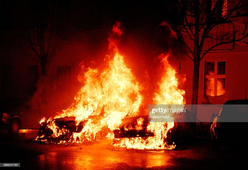 Feuerwehr bei Löscharbeiten nach einem vermutlichen Brandanschlag auf hochwertige Autos in der Ueckermünder Strasse in BerlinPrenzlauer Berg