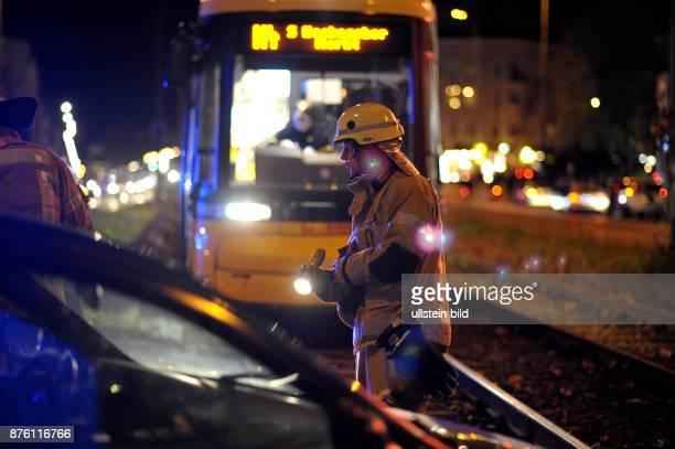 Feuerwehrmänner der Berliner Feuerwehr entfernen einen PKW nach einem Verkehrsunfall aus dem Gleisbett der Strassenbahn in der Berliner...