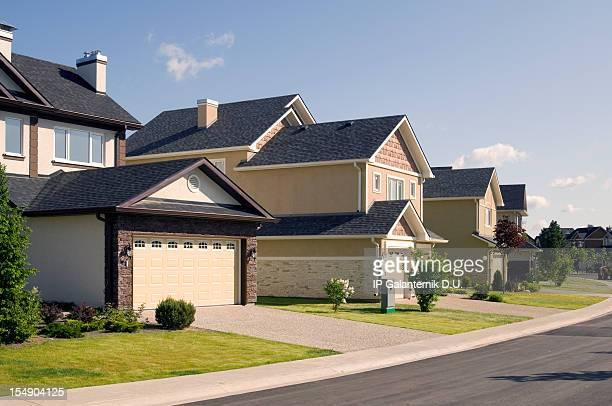 Paar vorstädtischen Häusern.