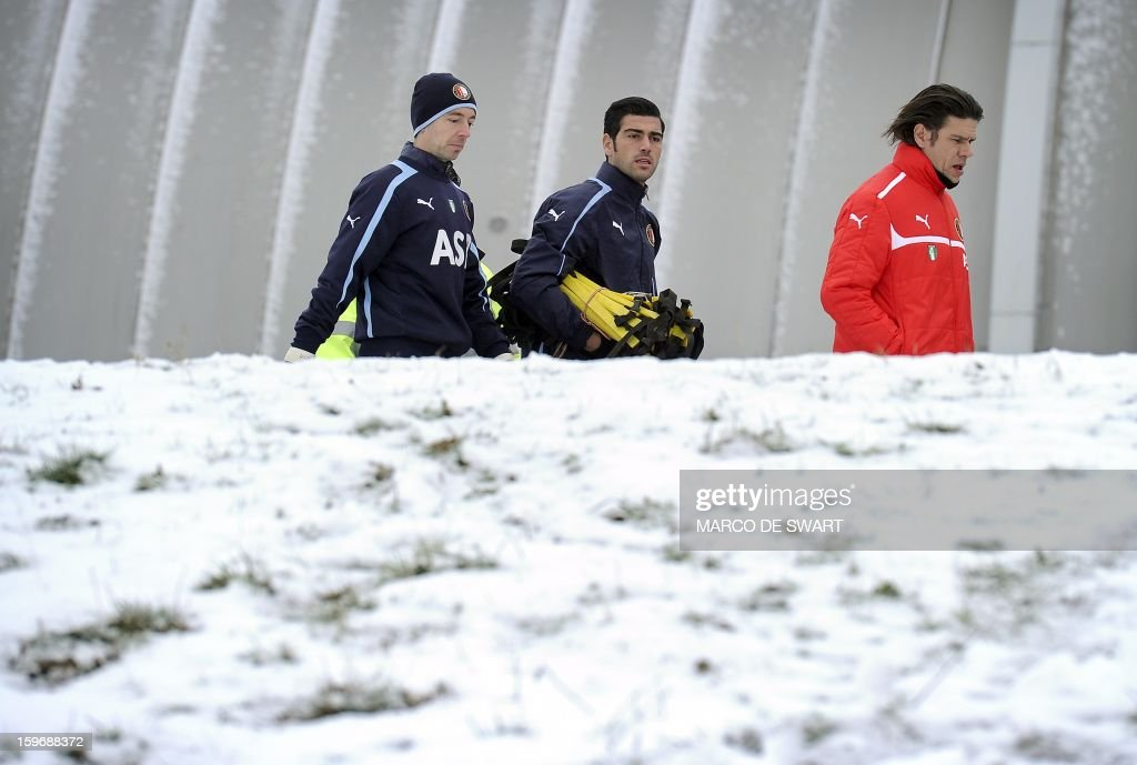 Feyenoord Rotterdam players Ronald Graafland (L), Graziano Pelle (C) and keepers' trainer Patrick Lodewijks are on their way to a training session on January 18, 2013 two days before their Eredivisie match against arch rival Ajax on January 20. AFP PHOTO / ANP - MARCO DE SWART = netherlands out