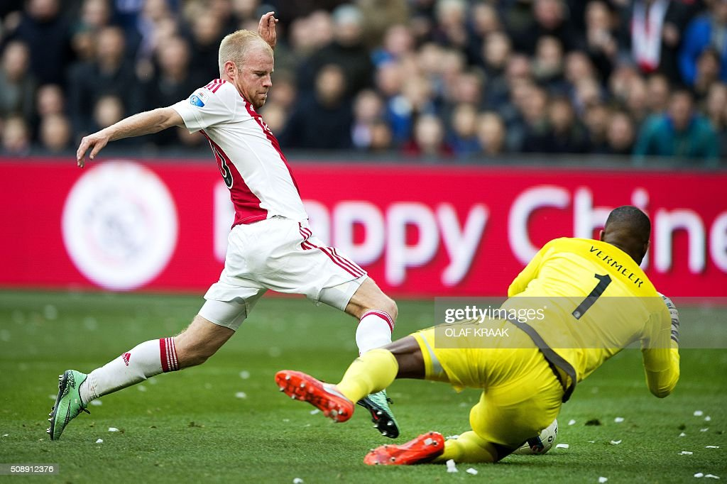 Feyernoord's goalkeeper Kenneth Vermeer (R) vies for the ball with Ajax's Davy Klaassen during the Dutch Eredivisie match between Ajax Amsterdam and Feyenoord Rotterdam on Fenruary 7, 2016 in Amsterdam. / AFP / ANP / OLAF KRAAK / Netherlands OUT