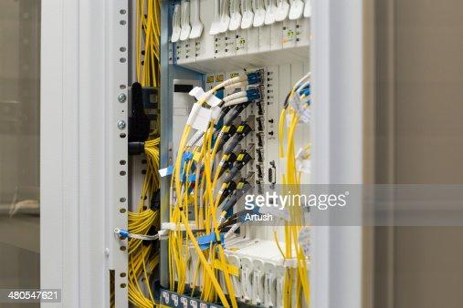 Fibra óptica datacenter, conversores e ópticas cabos de comunicação : Foto de stock