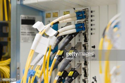Fibra óptica centro de datos con Convertidores de medios y ópticos cables : Foto de stock