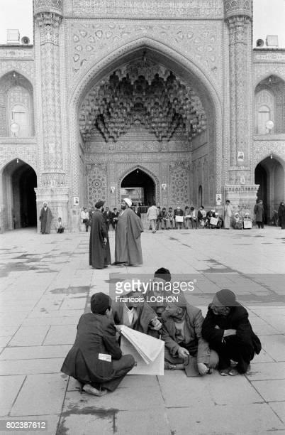 Fidèles à l'intérieur de la grande mosquée dans la ville sainte de Qom le 29 mars 1979 Iran
