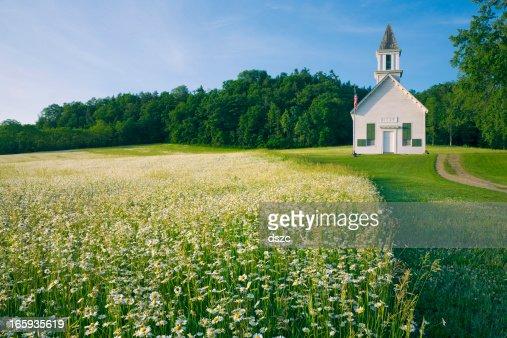 フィールドのデイジーの花、オールドカントリーの教会