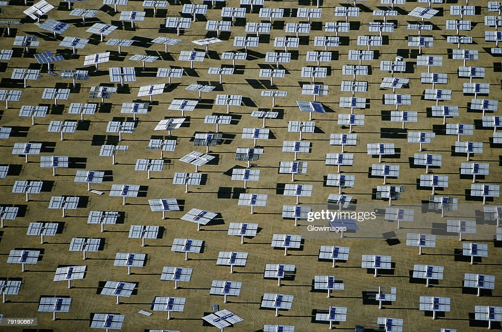 Field of solar-power 10 megawatt heliostat mirrors, Daggett, California : Foto de stock