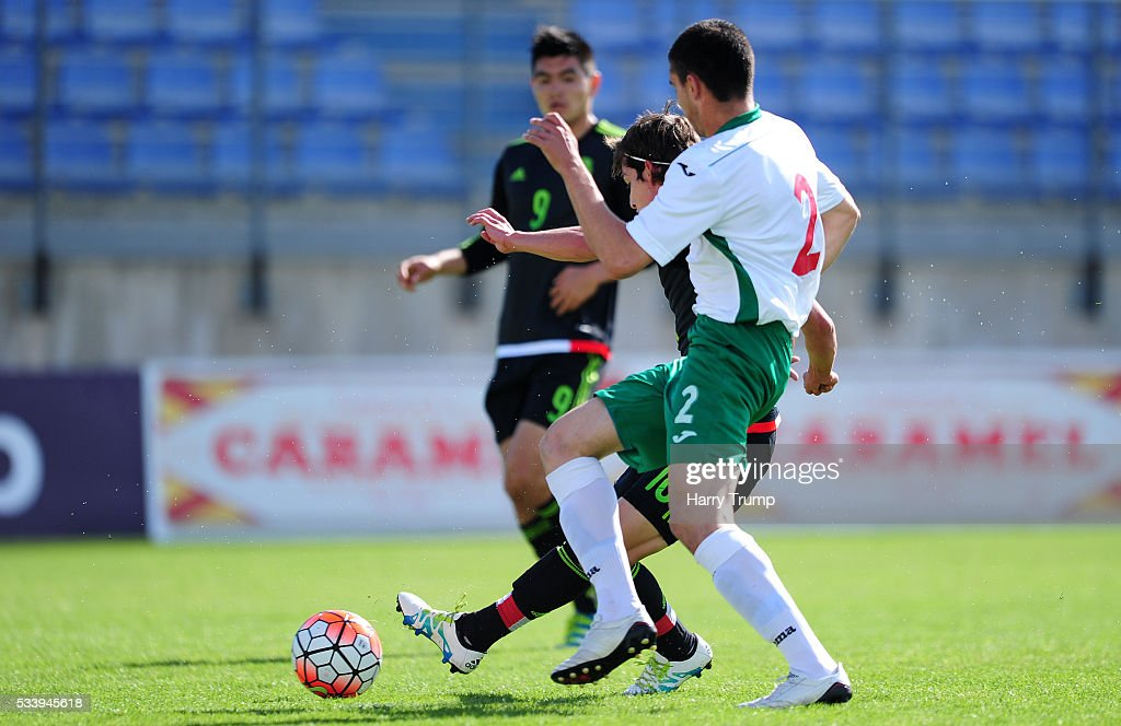 Fierro Guerrero of Mexico(C) scores his sides first goal during the Toulon Tournament match between Bulgaria and Mexico at Stade Perruc on May 24, 2016 in Hyeres, France.
