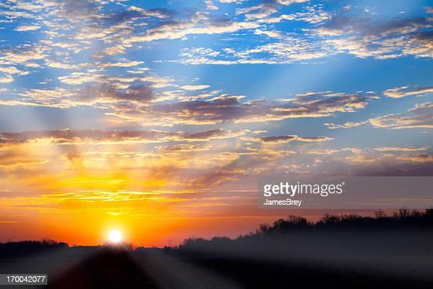 Ardientes Orange puesta de sol en la primavera de vapor