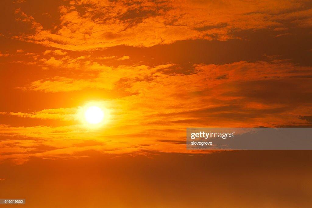 Coucher de soleil orange incandescent : Photo