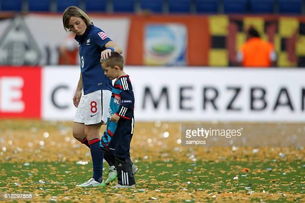 Sonia Bompastor FRA mit ihrem Sohn Spiel um PLatz 3 kleines Finale Schweden Frankreich 21 FifA Frauen Fussball WM Weltmeisterschaft 2011 in...