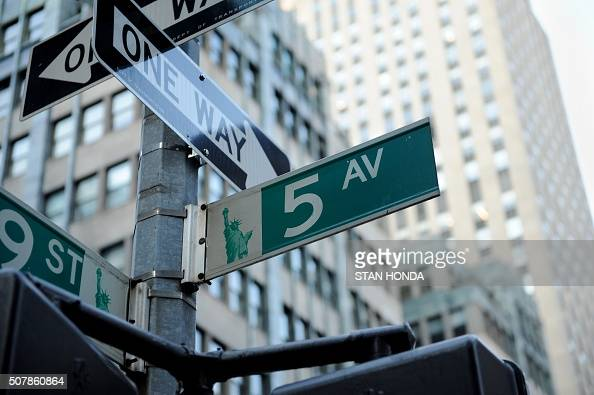 Fifth Avenue street sign February 28 2012 in New York AFP PHOTO/Stan HONDA / AFP / STAN HONDA