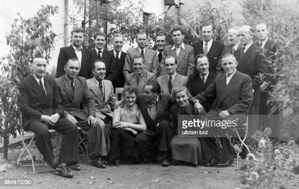Fifties people group photo men 30 to 60 years in sweat with necktie women 20 to 30 years community society association union camaraderie Josef Lutz