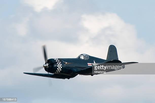 Corsair F4U la Seconde Guerre mondiale de chasse avion volant dans le ciel nuageux