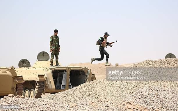 Fighter from the Popular Mobilisation units run to take position on the front line during a military operation against Islamic State group jihadists...