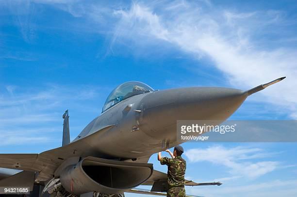 Avion de chasse et technicien