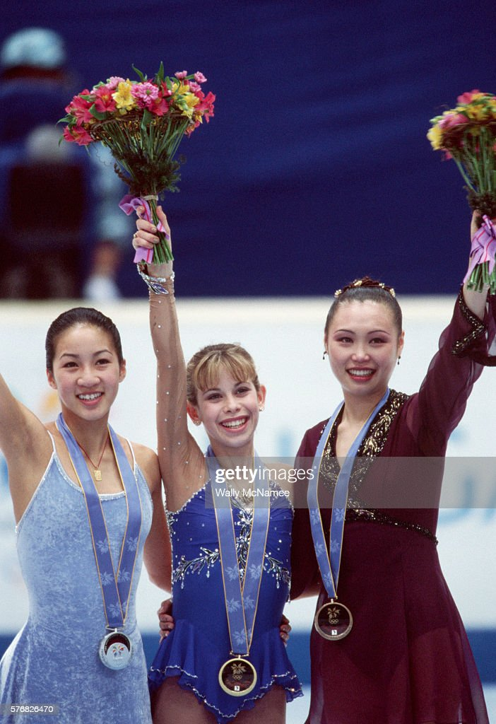 ¿Cuánto mide Michelle Kwan? - Real height Figure-skaters-michelle-kwan-and-tara-lipinski-pose-with-chinese-lu-picture-id576826470