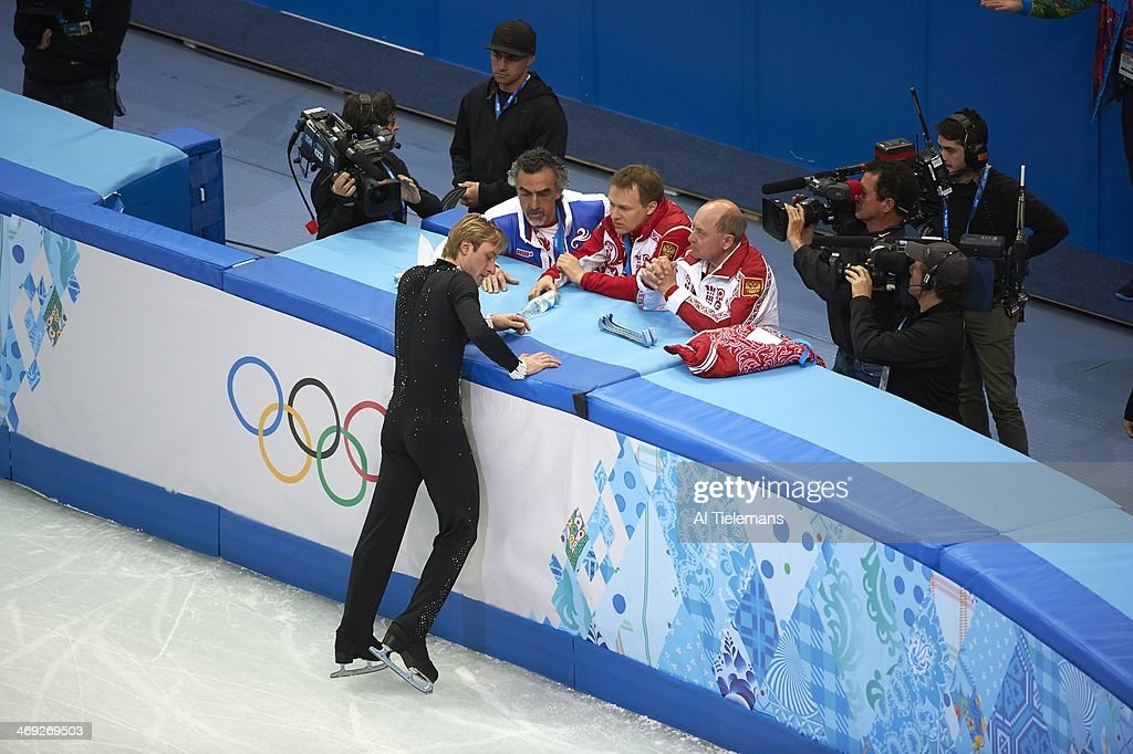 Aerial view of Russia Evgeny Plushenko during injury warming up and talking with coaching crew before Men's Short Program at Iceberg Skating Palace. Al Tielemans X157640 TK7 R7 F53 )