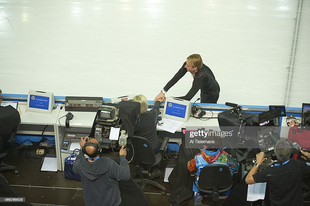Aerial view of Russia Evgeny Plushenko sustaining injury during warmups and talking with judge before Men's Short Program at Iceberg Skating Palace. Al Tielemans X157640 TK7 R7 F68 )