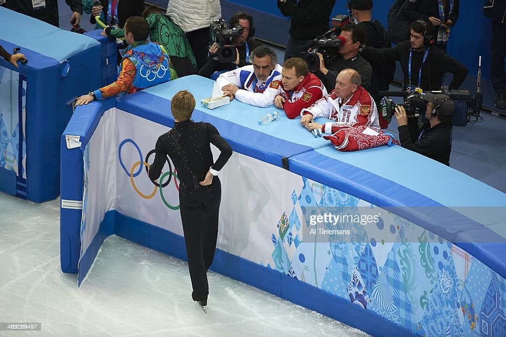 Rear aerial view of Russia Evgeny Plushenko during injury warming up and talking with coaching crew before Men's Short Program at Iceberg Skating Palace. Al Tielemans X157640 TK7 R7 F43 )