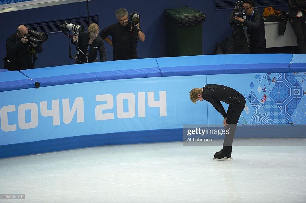 Russia Evgeny Plushenko sustaining injury during warmups before Men's Short Program at Iceberg Skating Palace. Al Tielemans X157640 TK7 R7 F4 )