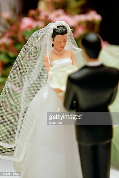 Figures of groom and bride on a wedding pie