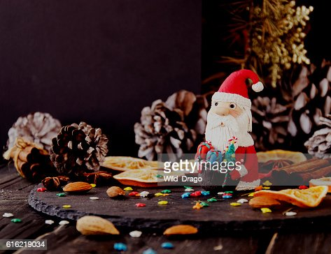 figurine Santa Claus Christmas THE BACKGROUND branches, selective focus : Stockfoto