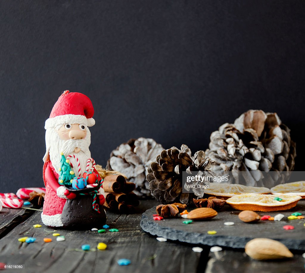 figurine Santa Claus Christmas THE BACKGROUND branches, selective focus : Stock-Foto
