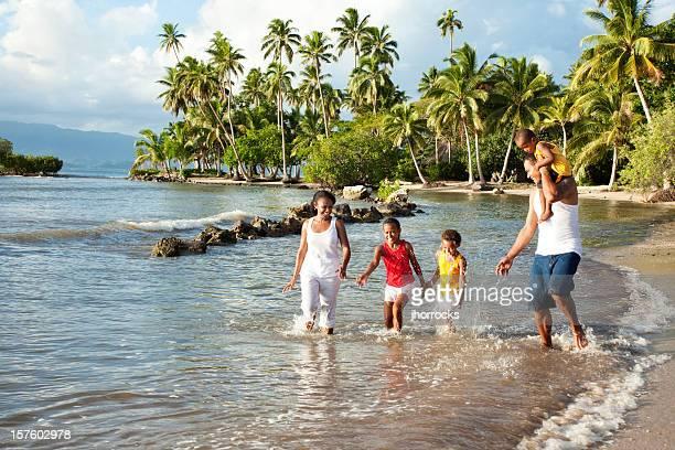Fiyiano familia jugando en la playa