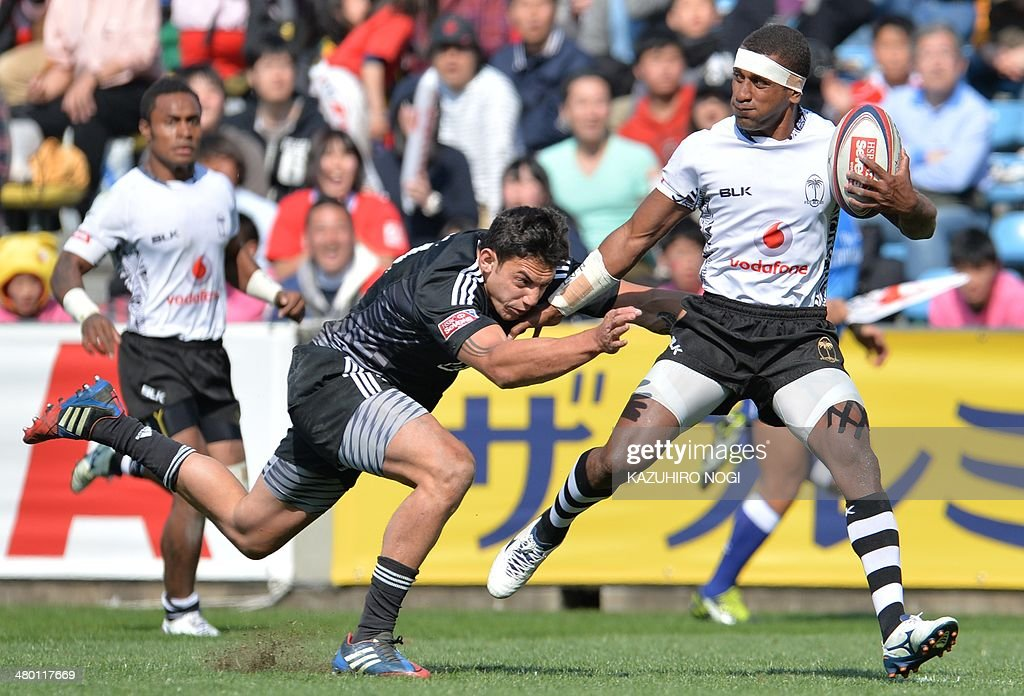 Fiji's Emosi Mulevoro (R) evades a tackle by New Zealand's Bryce Heem (L) during their Tokyo Sevens 2014 Cup semi-final match, part of the Rugby Sevens World Series, in Tokyo on March 23, 2014. Fiji won the match.