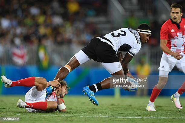 Fiji's Semi Kunatani passes the ball in the mens rugby sevens gold medal match between Fiji and Britain during the Rio 2016 Olympic Games at Deodoro...
