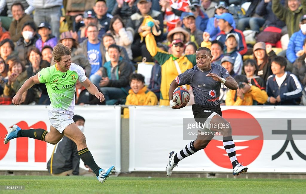 Fiji's Waisea Nacuqu (R) runs away to score the winning try against South Africa during their Tokyo Sevens 2014 Cup final match, part of the Rugby Sevens World Series, in Tokyo on March 23, 2014.