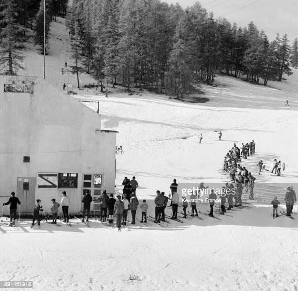 File d'attente à la remontée mécanique à Valberg France le 15 novembre 1966