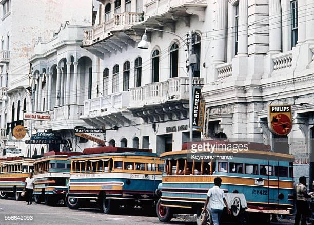 File de bus dans les rues de Carthagène des Indes en Colombie circa 1970