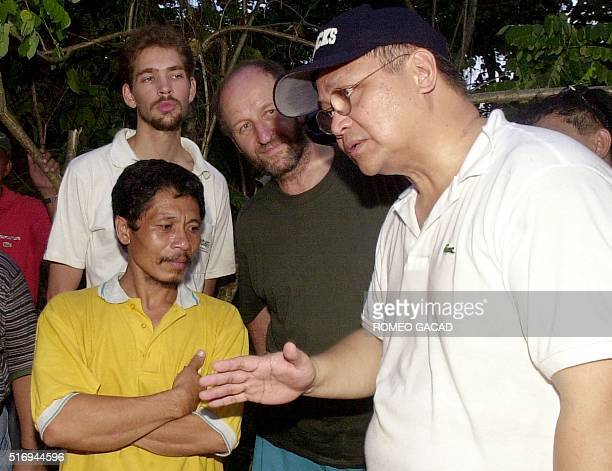 File picture taken 27 May 2000 shows Chief hostage negotiator Robert Aventajado talking to kidnap leader Galib Andang alias Commander Robot and two...
