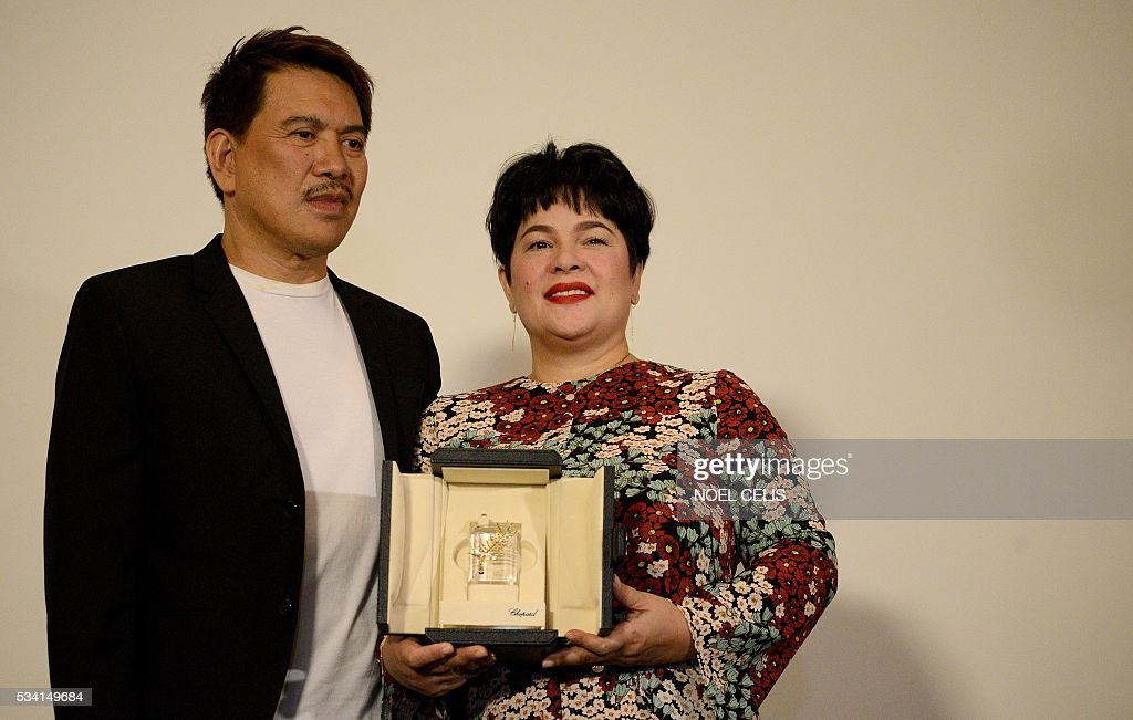 Filipina actress Jaclyn Jose (R) poses for a picture with film director Brillante Mendoza during a press conference in Manila on May 25, 2016. The Philippines' entertainment industry celebrated Jose's surprise win at the Cannes film festival, hailing her as one of the nation's hardest working and most versatile actresses who deserves global acclaim. / AFP / NOEL